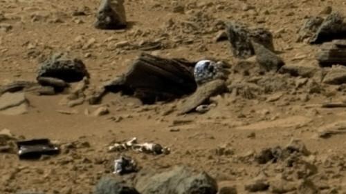 Инопланетянин в скафандре на Марсе