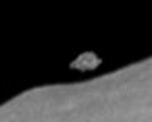 От Луны отделился огромный кусок