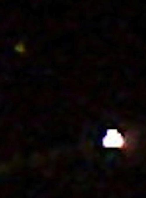 Зеленый человечек и НЛО с открытым люком