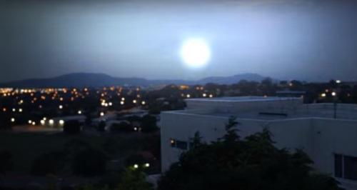 Яркий шар в небе во время грозы