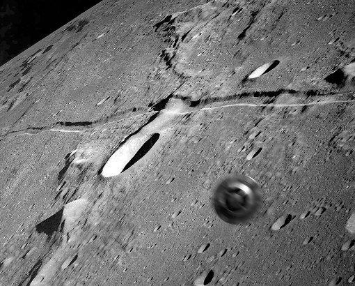 Летающие тарелки над Луной