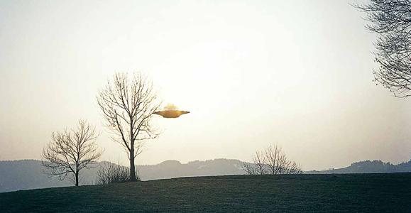 Летающая тарелка в небе