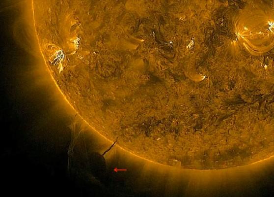 Большой НЛО качает энергию из Солнца