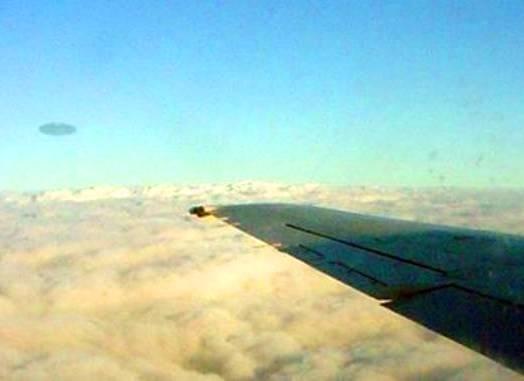 НЛО рядом с самолетом