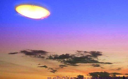 Яркий НЛО в небе