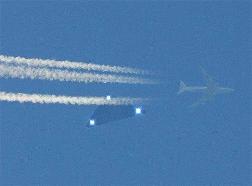 Загадочный объект и самолет