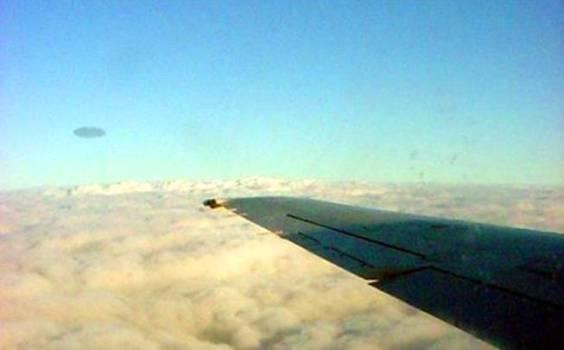 НЛО возле самолета